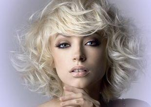 Цвет волос платиновый блондин на средние волосы, прическа на новый год - объемная укладка с кудрями
