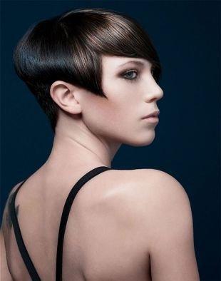 Черный цвет волос, короткая стрижка с удлиненными висками