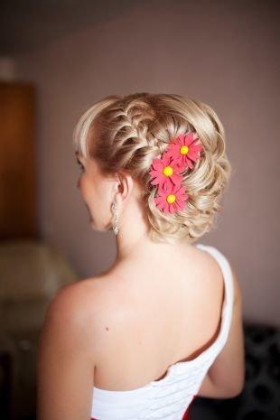 Свадебные прически с цветами, свадебная прическа на короткие волосы с косой