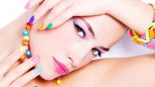 Яркий макияж, макияж карих глаз - голубые стрелки