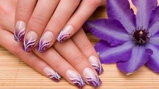 Фиолетовый маникюр, сиреневый френч с блестками и волнистыми полосками