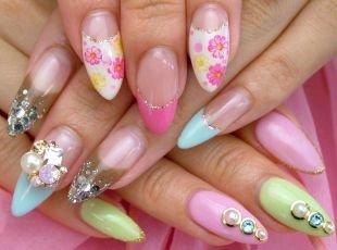 Рисунки на острых ногтях, роскошный французский маникюр с цветочными мотивами, камнями и блестками