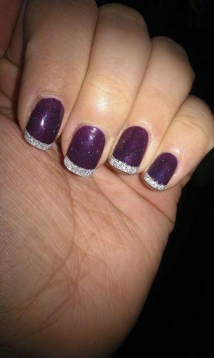 Двухцветный маникюр, френч с блестками фиолетовом фоне