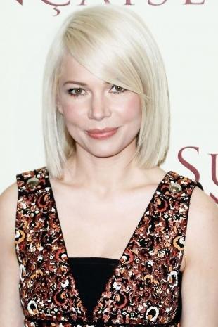 Цвет волос холодный блонд на средние волосы, стильное каре с длинной челкой