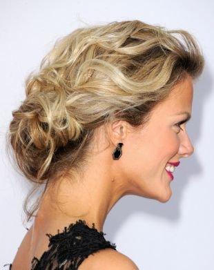 Светло русый цвет волос на средние волосы, великолепная прическа на выпускной для средних волос