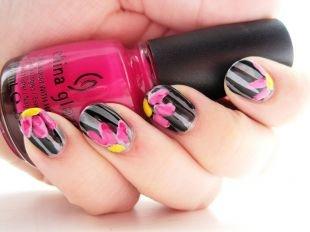 Черный маникюр, полосатый маникюр с розовыми цветочками