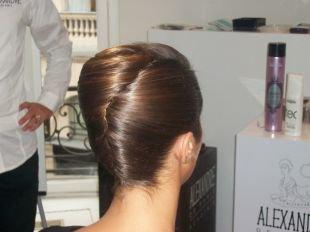 Светло каштановый цвет волос, прическа классическая ракушка