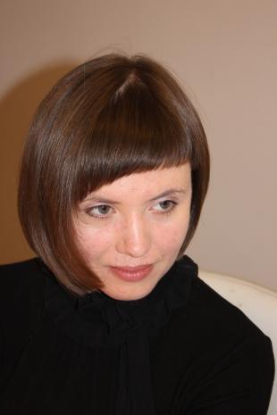 Цвет волос мокко, короткая стрижка с косой челкой