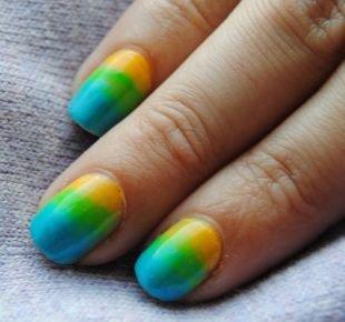 Маникюр с переходом цвета, сине-зелено-желтый градиентный маникюр