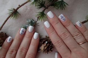 Новогодние рисунки на ногтях, белый маникюр на короткие ногти с наклейками