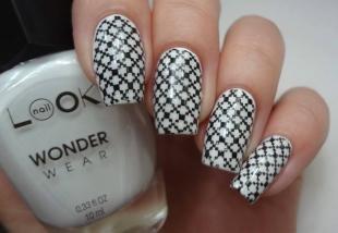 Черно-белые рисунки на ногтях, черно-белый маникюр со стемпингом