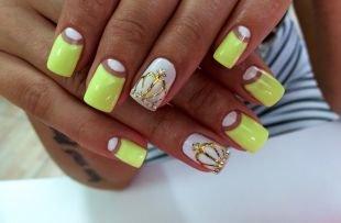 Рисунки фольгой на ногтях, желто-белый маникюр с коронами